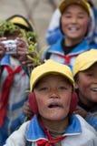 Crianças que jogam com uma bandeira chinesa vermelha Imagens de Stock