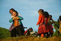 Crianças que jogam durante o festival do mercado do amor Imagem de Stock