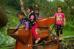 Crianças que jogam durante o festival do mercado do amor Foto de Stock Royalty Free