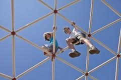 Crianças que jogam em barras de macaco foto de stock royalty free