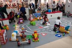 Crianças que jogam em G! vem o giocare em Milão, Itália Fotos de Stock