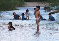 Crianças que jogam em um rio Fotos de Stock Royalty Free