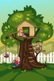 Crianças que jogam em uma casa na árvore Imagem de Stock Royalty Free