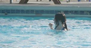 Crianças que jogam em uma piscina video estoque