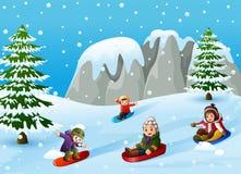 Crianças que jogam esportes de inverno no monte nevando ilustração do vetor