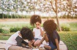 Crianças que jogam fora com amigos foto de stock royalty free