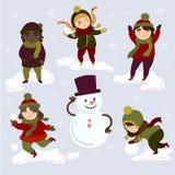 Crianças que jogam fora com bolas de neve e boneco de neve ilustração royalty free