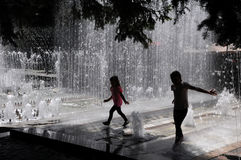 Crianças que jogam na água Imagens de Stock Royalty Free