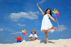 Crianças que jogam na areia Fotos de Stock Royalty Free