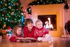 Crianças que jogam na chaminé na Noite de Natal Imagem de Stock