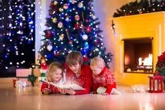 Crianças que jogam na chaminé na Noite de Natal Imagem de Stock Royalty Free