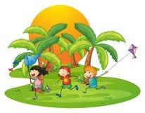 Crianças que jogam na ilha perto das palmeiras ilustração royalty free