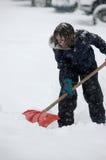 Crianças que jogam na neve com queda dos flocos de neve Foto de Stock