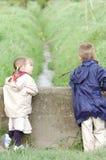 Crianças que jogam na ponte Foto de Stock