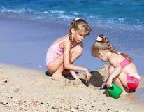 Crianças que jogam na praia. Imagem de Stock