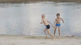 Crianças que jogam na praia filme