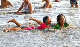 CRIANÇAS QUE JOGAM NA PRAIA EM INDONÉSIA Fotos de Stock