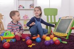 Crianças que jogam na sala fotos de stock royalty free