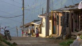 Crianças que jogam na vizinhança na América Latina - em julho de 2017 filme