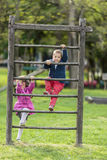 Crianças que jogam no campo de jogos Imagens de Stock