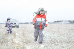 Crianças que jogam no campo do inverno Fotos de Stock