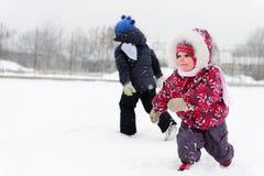 Crianças que jogam no campo nevado Fotografia de Stock