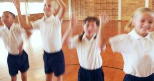 Crianças que jogam no corredor vídeos de arquivo