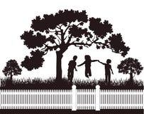 Crianças que jogam no jardim Fotos de Stock Royalty Free
