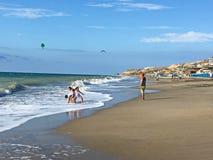 Crianças que jogam no oceano ao longo da costa de Equador fotos de stock