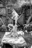 Crianças que jogam no pátio de uma casa na vila Imagem de Stock Royalty Free