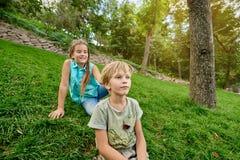 Crianças que jogam no parque Fotos de Stock Royalty Free