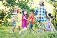 Crianças que jogam no parque Fotos de Stock