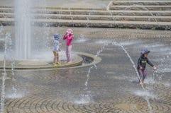 Crianças que jogam no parque Osaka Japan de Tsurumi Ryokuchi Imagem de Stock