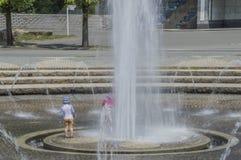 Crianças que jogam no parque Osaka Japan de Tsurumi Ryokuchi Foto de Stock