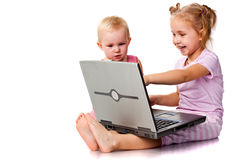Crianças que jogam no portátil imagens de stock