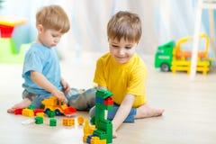 Crianças que jogam no quarto imagens de stock royalty free