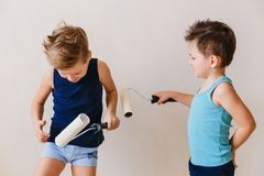Crianças que jogam nos pintores, jogo do ` s das crianças foto de stock royalty free