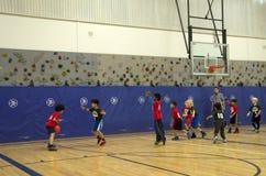 Crianças que jogam o fósforo de basquetebol Fotografia de Stock