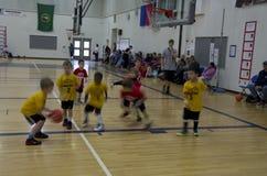 Crianças que jogam o fósforo de basquetebol Fotos de Stock