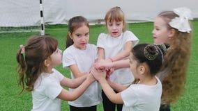 Crianças que jogam o futebol dentro Crianças que fazem um apoio da equipe Gesto da mão disponível vídeos de arquivo