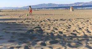 Crianças que jogam o futebol na praia Fotos de Stock Royalty Free