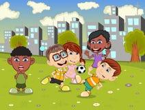 Crianças que jogam o futebol nos desenhos animados do campo de jogos da cidade Fotos de Stock