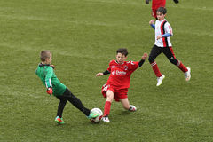 Crianças que jogam o futebol ou o futebol Foto de Stock Royalty Free