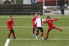 Crianças que jogam o futebol ou o futebol Fotos de Stock