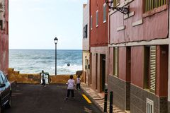 Crianças que jogam o futebol perto do mar em Puerto de la cruz em Tenerife, Espanha Fotos de Stock