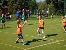Crianças que jogam o handball Fotografia de Stock Royalty Free
