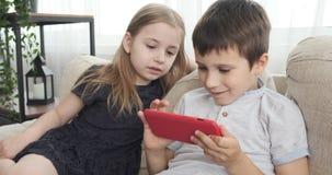 Crianças que jogam o jogo no telefone celular video estoque