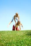 Crianças que jogam o leapfrog   Foto de Stock Royalty Free