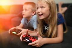 Crianças que jogam os jogos video imagens de stock royalty free