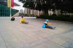 Crianças que jogam a polia Fotos de Stock Royalty Free